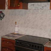 Вид на плиту и кухонную мебель