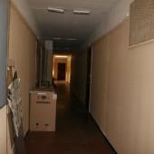 Общий длинный коридор на 8 квартир