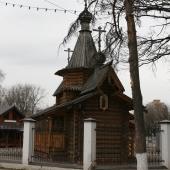 Неподалеку церквушка