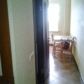 Проход на кухню, там положена качественная плитка, квартира продается недорого, всего 7 100 000