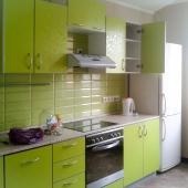 Веселая расцветка кухни и рабочий холодильник