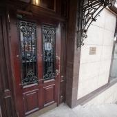 Эклектичная дорогая входная дверь в кафе Меланж