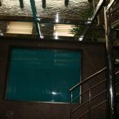 А вот то самое знаменитое окно из бассейна в холл