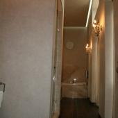 Просторная большая ванная комната при спальне