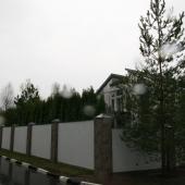 Вокруг дома мощный хороший забор