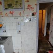 Вид кухни на стену ванной комнаты