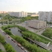 Вид за окном на Новочеркасский бульвар, пересекающийся с ул. Маршала Голованова