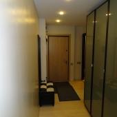 Фотография коридора с видом на входную дверь