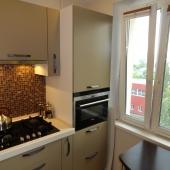 Очень приятная кухонное пространство