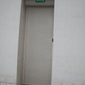 Вот так закрывается дверь на электро-жалюзи