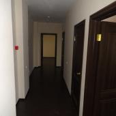 Фотография коридора и двери в комнаты и санузлы