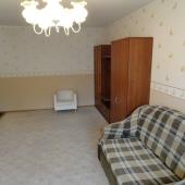 В комнате есть диван, постелен ковролин
