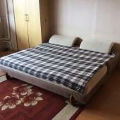 В ней достаточно просторная широкая кровать на двоих