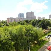 Судя по фото, рядом с домом по Болотниковской 33 к2 много зелени