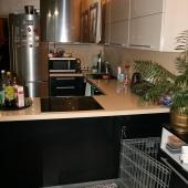 Современная техника и мебель на кухне