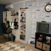 Телевизор в этой комнате тоже есть!