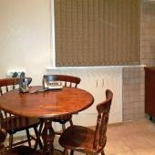 На кухне стоит стол и 4 стула для всех будущих жильцов съемной квартиры