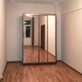 В одной комнате стоит шкаф-купе с зеркальными дверями