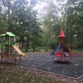 Во дворе есть детская площадка