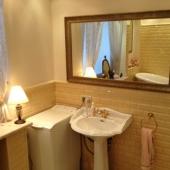 Ванная комната с эксклюзивной сантехникой и отделкой