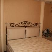Кровать подобрана по цвету и стилю