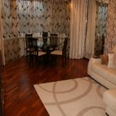 В комнате хороший качественный ламинат положен