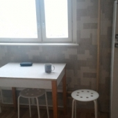 Там же: стол и холодильник