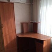 И в углу у окна стоит компьютерный стол