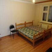 Далее попадаем о вторую комнату - там рядом стоят две кровати
