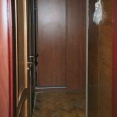 Это фотография из кухни в коридор