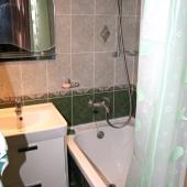 Ванная комната выполнена в легком зеленом оттенке
