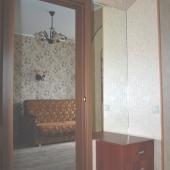 Фотография сделана из прихожей, вход в жилую комнату