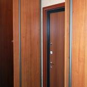 А поворачиваешься направо и видишь дверь на лестничную клетку и шкафы-купе