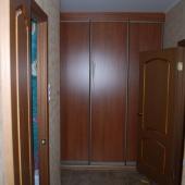 Двери: в ванную, в комнату и поворот к входной двери