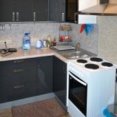 Да, плита просто электрическая, зато сверху работающая вытяжка отбивает все лишние и вредные запахи!