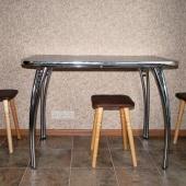 На кухне у стены стоит такой металлический стол