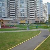 Красивый двор (пока еще не зимний) по ул. Ак. Виноградова 5