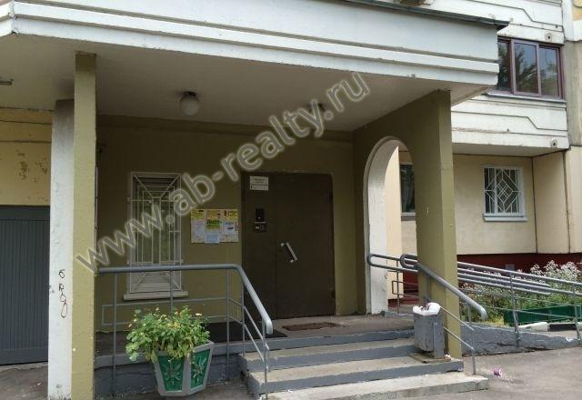 Начали с размещения фотографии подъезда этой квартиры в аренду на Кастанаевской
