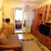 В этой комнате удобно посмотреть телевизор. Есть стенка и диван.
