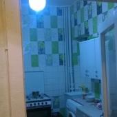Проход на кухню, она тоже просторная, но немного в ретро-стиле