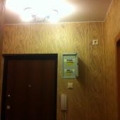 Это фото перед входной дверью, на стене общий электро-щиток.