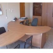 В комнате есть офисная мебель: столы, стулья, шкафы
