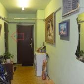 На этой фотографии стрелочкой указана входная дверь в нашу квартиру в общем тамбуре