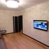А на стене роскошный телевизор висит