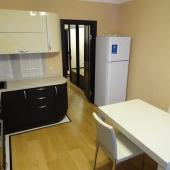 Холодильник и стол - всё готово к приему жильцов
