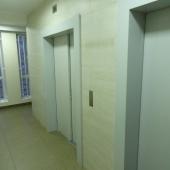После общей двери перед лифтами