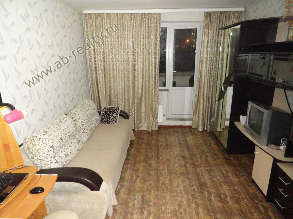 Первая комната с выходом на лоджию, которая хорошо застеклена