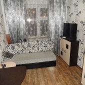 Вторая комната с небольшим диванчиком и стенкой