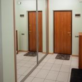 Это фото с видом на входную дверь