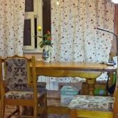 Обеденный стол на кухне. Площадь кухни порядка 10 метров - более точно 9 с половиной метра по плану БТИ.